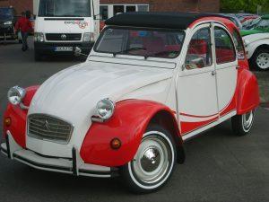 Klassischer 2CV in Weiß mit roter Dekoration